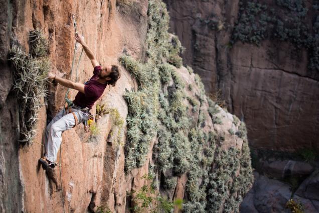 """Fede escalando en la parte alta de """"La Cañada"""" - Foto: Carloncho Guerra."""